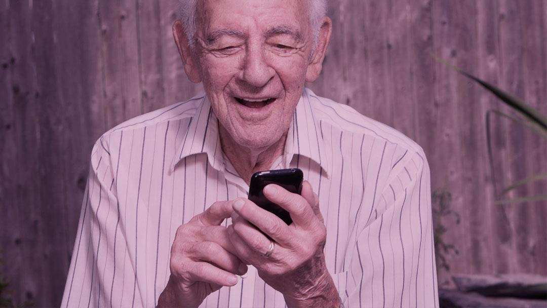 Empresa brasileira cria aparelho celular com botão SOS para idosos