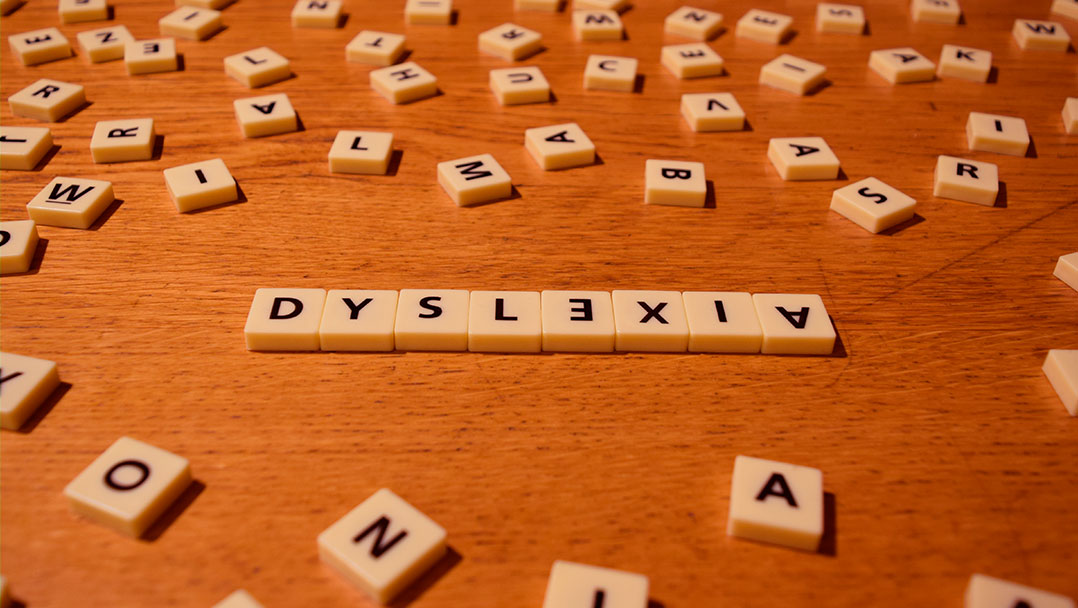 A fonte criada para aprimorar a leitura de pessoas com dislexia