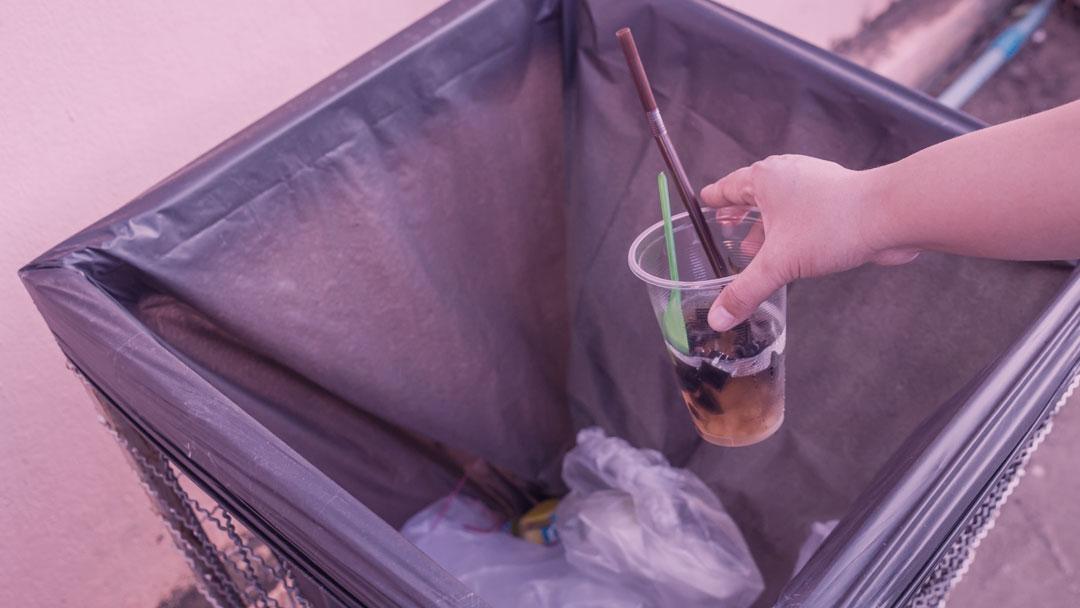 Aula de cidadania: morador distribui lixeiras pela cidade