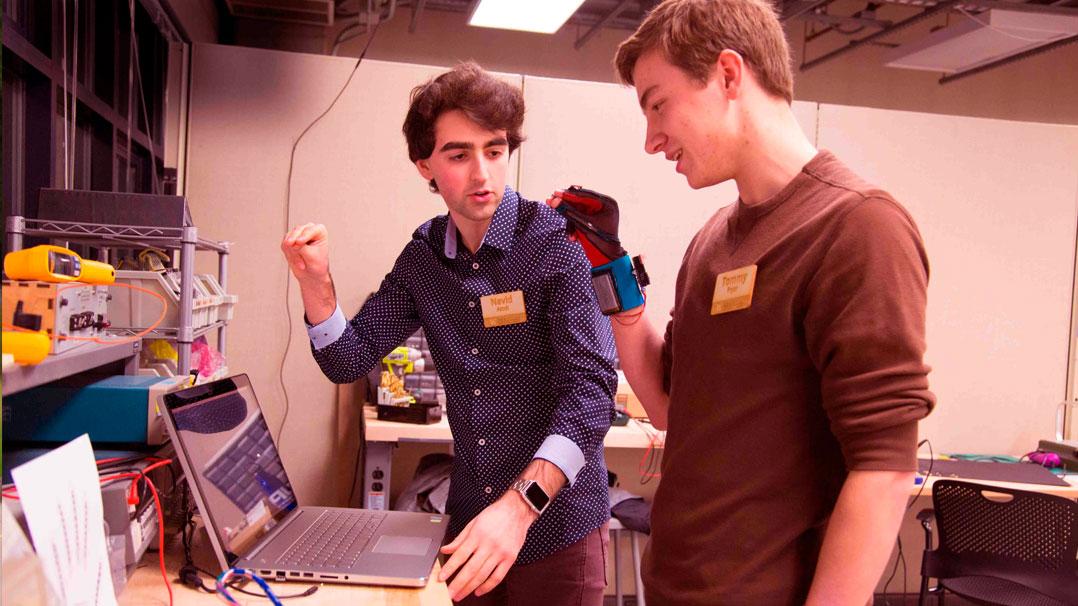 A dupla americana que criou uma luva capaz de traduzir a linguagem de sinais em voz alta