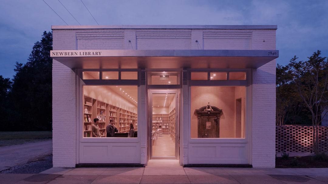 Estudantes transformam antigo banco em biblioteca e centro comunitário