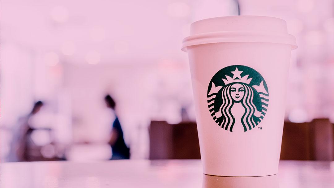 8.000 unidades da Starbucks fecharam suas portas para administrar um treinamento sobre racismo aos funcionários