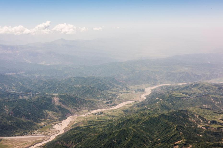 Vista aérea do Rio Pyanj, que forma uma fronteira natural de 1.300 km entre o Afeganistão e o Tajiquistão | Foto: Freya Morales / UNDP