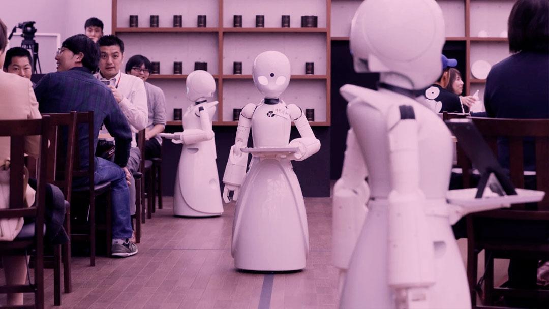 O café que tem uma equipe de robôs controlados remotamente por pessoas com deficiência