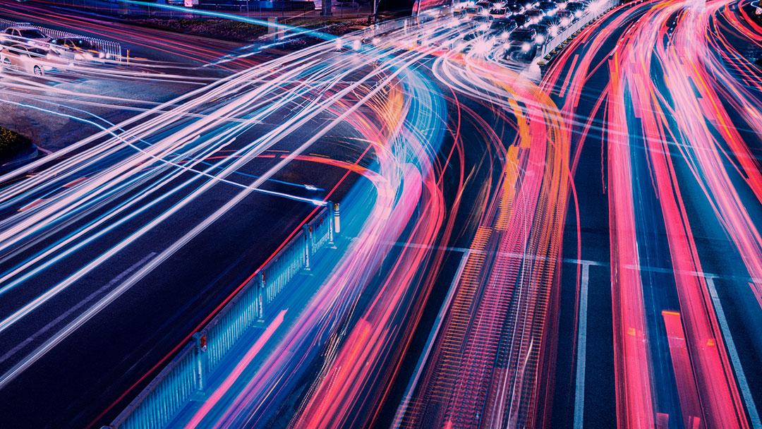 Essa estrada na Suécia irá recarregar a bateria de carros elétricos enquanto eles são conduzidos