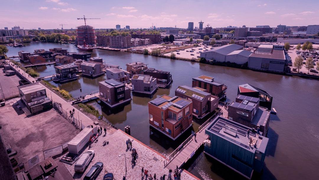 Conheça esse bairro flutuante sustentável que está tomando as águas de Amsterdã