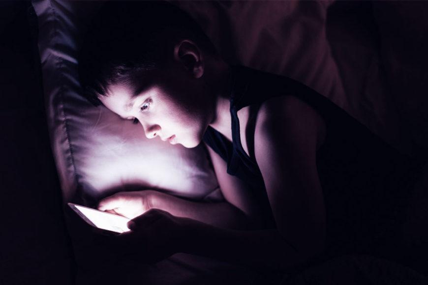 Crianças brasileiras têm o próprio celular antes dos 10 anos