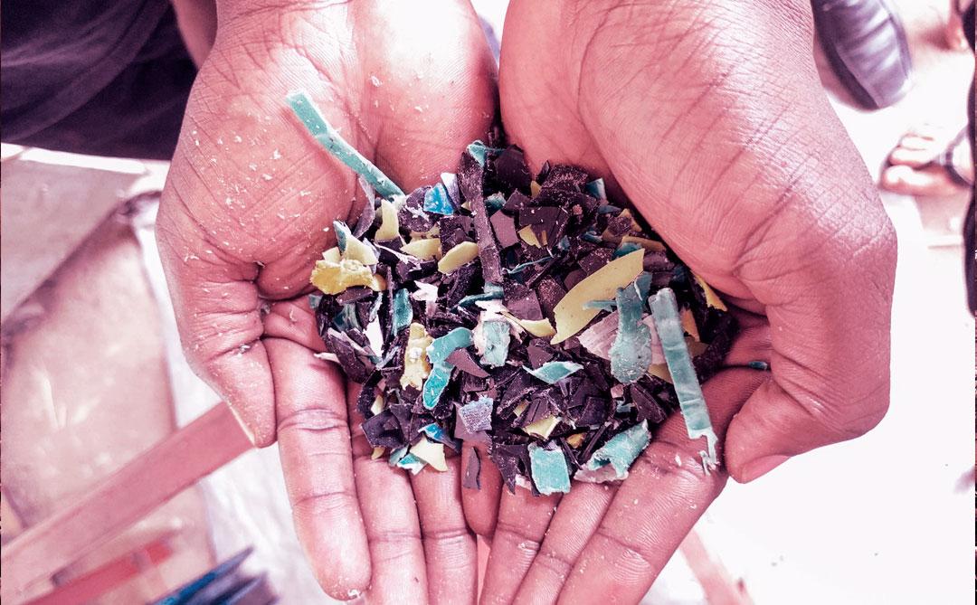 Em Uganda, plástico se transforma em materiais de construção e face shields