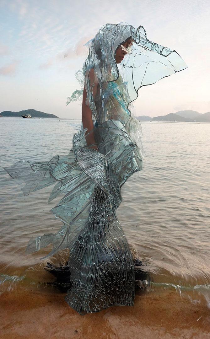 A roupa do futuro? Conheça o vestido que se dissolve na água em 24h
